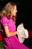 шлем руки девушки платья его розовые детеныши Стоковое Фото