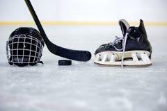 Шлем, шайба, ручка и конек хоккея на хоккее Стоковое Изображение