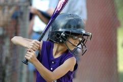 шлем девушки летучей мыши меньший софтбол к вверх Стоковая Фотография RF