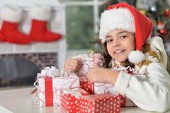 шлем santa девушки подарков Стоковое фото RF