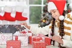шлем santa девушки подарков Стоковые Изображения RF