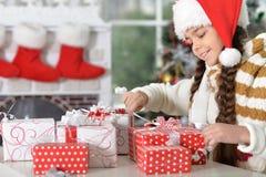 шлем santa девушки подарков Стоковые Фото