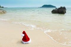 шлем santa пляжа Стоковая Фотография