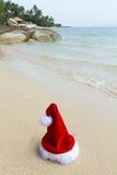 шлем santa caus пляжа Стоковое Изображение
