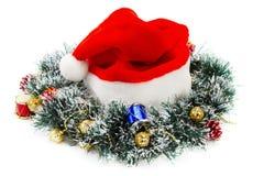 Шлем Santa Claus красные и венок рождества Стоковая Фотография RF