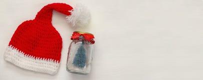 Шлем Santa Claus на белой предпосылке Стоковое Изображение RF
