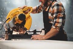 Шлифовальный станок в действии, искры механика угловой летает врозь Незавершенная работа на фабрике механической обработки стоковые фото