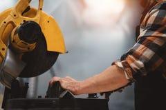 Шлифовальный станок сильной бородатой пользы механика угловой в заводе механической обработки Работа в станции обслуживания стоковое фото