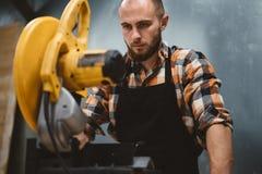 Шлифовальный станок сильной бородатой пользы работника угловой в механической обработке стоковая фотография