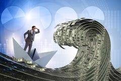 Шлюпка бумаги бизнесмена ехать в море доллара стоковое фото rf
