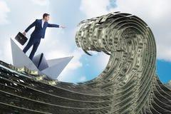 Шлюпка бумаги бизнесмена ехать в море доллара стоковые изображения