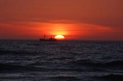 Шлюпка во время рассвета солнца Стоковые Изображения RF