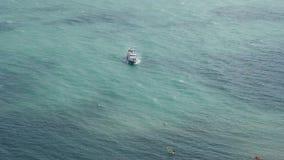 Шлюпка в заливе В морской лагуне яхта качается на волнах В лагуне моря яхта качается на волнах сток-видео