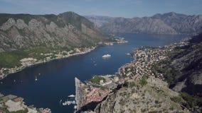 Шлюпка в заливе Kotor Красивый залив моря лета Kotor в Черногории, вода Адриатического моря Воздушный видео- трутень сток-видео