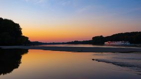 Шлюпка в заходе солнца на Дунай стоковые изображения