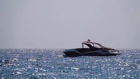 Шлюпка в powerboat моря видеоматериал