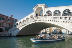 Шлюпка груза плавает под мостом Rialto Венеция Стоковые Фото