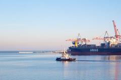 Шлюпка гужа ОДЕССЫ, УКРАИНЫ - 2-ОЕ ЯНВАРЯ 2017 покидая порт Одессы стоковая фотография rf