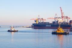 Шлюпка гужа ОДЕССЫ, УКРАИНЫ - 2-ОЕ ЯНВАРЯ 2017 покидая порт Одессы стоковое фото rf