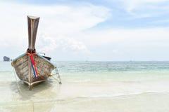 Шлюпка длинного хвоста на Thale Waek/отделила море Krabi Таиланд Стоковые Фото