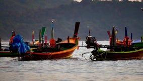 шлюпка длинного хвоста преобразовала в море andaman с золотым светом Солнця перед предпосылкой захода солнца и шлюпки акции видеоматериалы