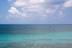 Шлюпка затвора в океане Стоковые Фото