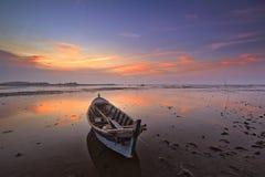 Шлюпка и заход солнца ландшафта на пляже kait tanjung стоковое изображение