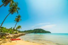 Шлюпка каяка на красивом тропическом пляже и море с кокосом Стоковые Фото