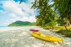 Шлюпка каяка на красивом тропическом пляже и море с кокосом Стоковое фото RF