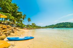 Шлюпка каяка на красивом тропическом пляже и море с кокосом Стоковые Изображения