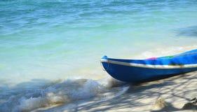 Шлюпка каяка на пляже с голубым морем Стоковое Фото
