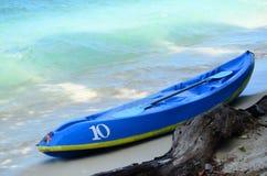 Шлюпка каяка на пляже с голубым морем Стоковое Изображение RF