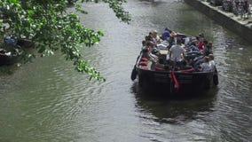 Шлюпка круиза канала в Амстердаме видеоматериал