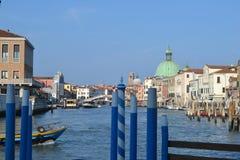 Шлюпка на Венеции в красивом дне Стоковые Изображения RF