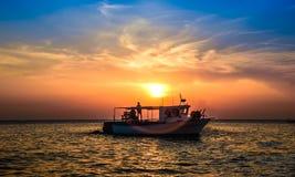 Шлюпка на заходе солнца Стоковые Фото