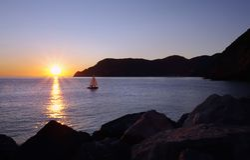 Шлюпка на заходе солнца Стоковое Фото