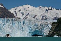 Шлюпка на леднике Perito Moreno в El Calafate, Патагонии, Аргентине стоковая фотография