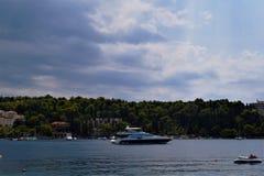 Шлюпка на море Хорватии стоковое изображение rf