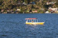 Шлюпка на озере Peten Itza в Гватемале Стоковое фото RF