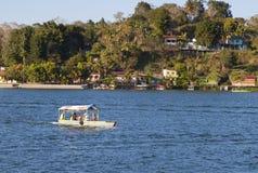 Шлюпка на озере Peten Itza в Гватемале Стоковое Изображение RF