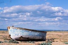 Шлюпка на пляже гонта стоковое фото rf