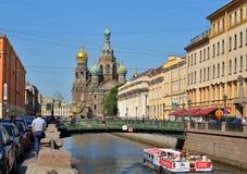 Шлюпка на предпосылке Курорт-на-крови собора плавает unde стоковые фото