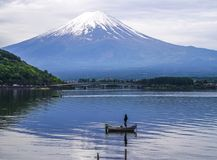 шлюпка на реке на Фудзи стоковое изображение