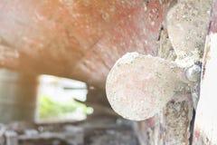 Шлюпка на ремонте в сухом доке избалованный конец пропеллера вверх Афиныы, Греция стоковые изображения