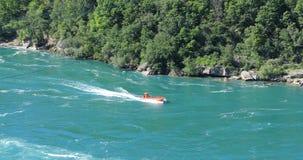 Шлюпка на речных порогах водоворота, Ниагарский Водопад двигателя, Канада 4K акции видеоматериалы
