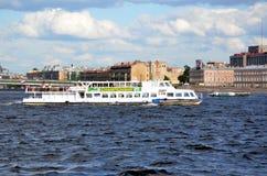 Шлюпка отклонения на реке Neva Стоковые Фото