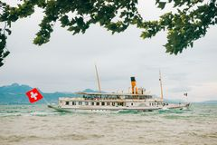 Шлюпка пара с швейцарцем сигнализирует плавать на озеро стоковые фотографии rf