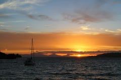 Шлюпка перед заходом солнца стоковое изображение