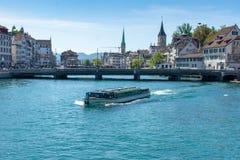 Шлюпка пересекает реку в городском Цюрих, Швейцарии стоковое изображение
