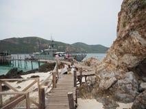 Шлюпка перехода свежей воды, Ko Kham ( Koh Kham или Kham Island) , Sattahip, Samaesarn, Chonburi, красивый пляж внутри стоковое фото